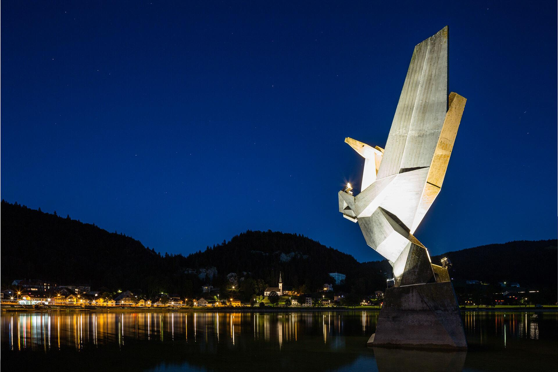 Schréder floodlights provide uniform illumination to enhance this iconic statue for locals