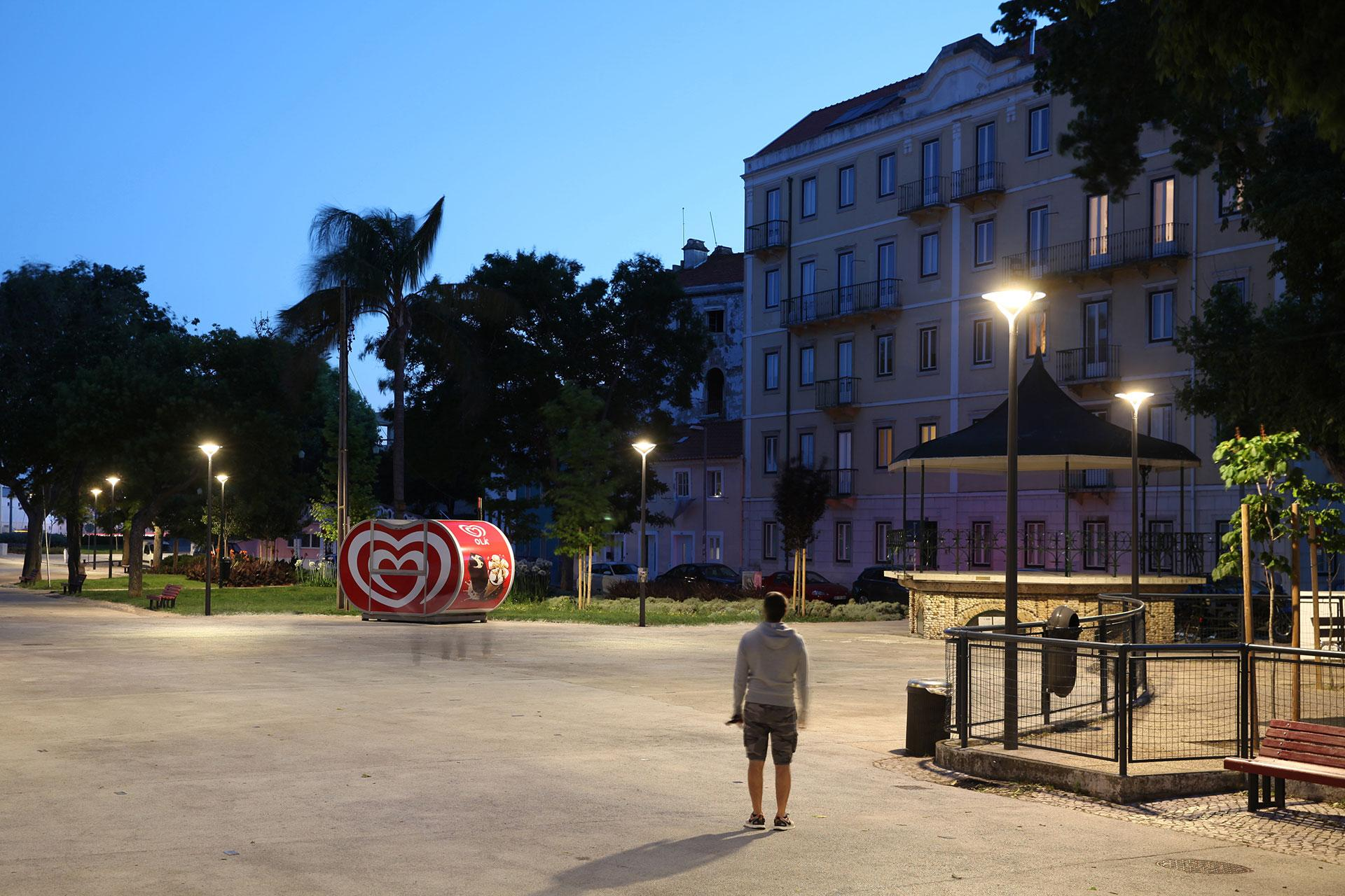 The Oyo delivers a warm white light to turn Paco de Arcos park into an inviting nocturnal space